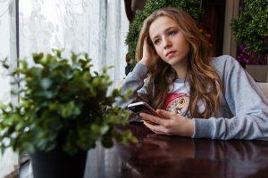 Mädchen das traurig ist aufgrund der Scheidung der Eltern