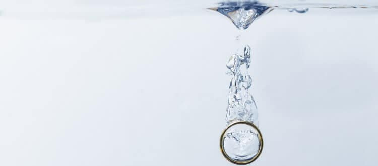 Ehering fällt ins Wasser