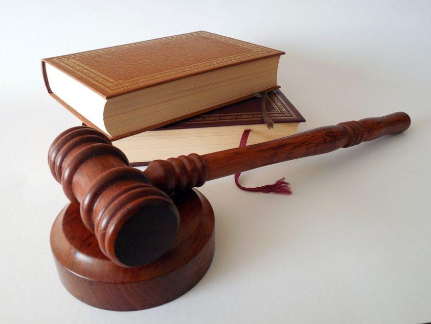 Gesetzbuch und Hammer